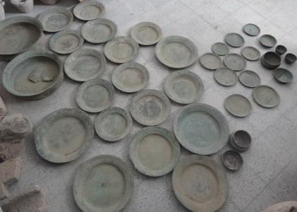 کشاورز کازرونی ظروف تاریخی را تحویل داد